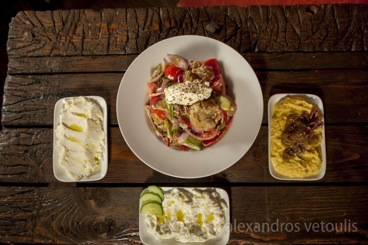 Μιρμιζέλι: Παραδοσιακή σαλάτα Καλύμνου με κρυθαροκούλουρα από την Κάλυμνο με γλυκάνισο ψημένα σε ξυλόφουρνο & χειροποίητη κοπανιστή.