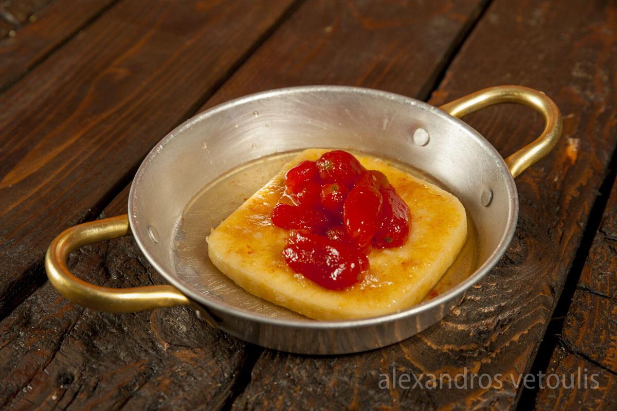 Σαγανάκι με χειροποίητη μαρμελάδα ντοματίνι.