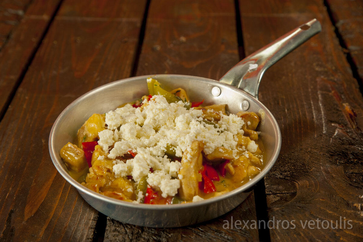 Τηγανιά μπούτι & στήθος κοτόπουλου με σάλτσα μουστάρδας και μελιού, πιπεριές και φέτα.