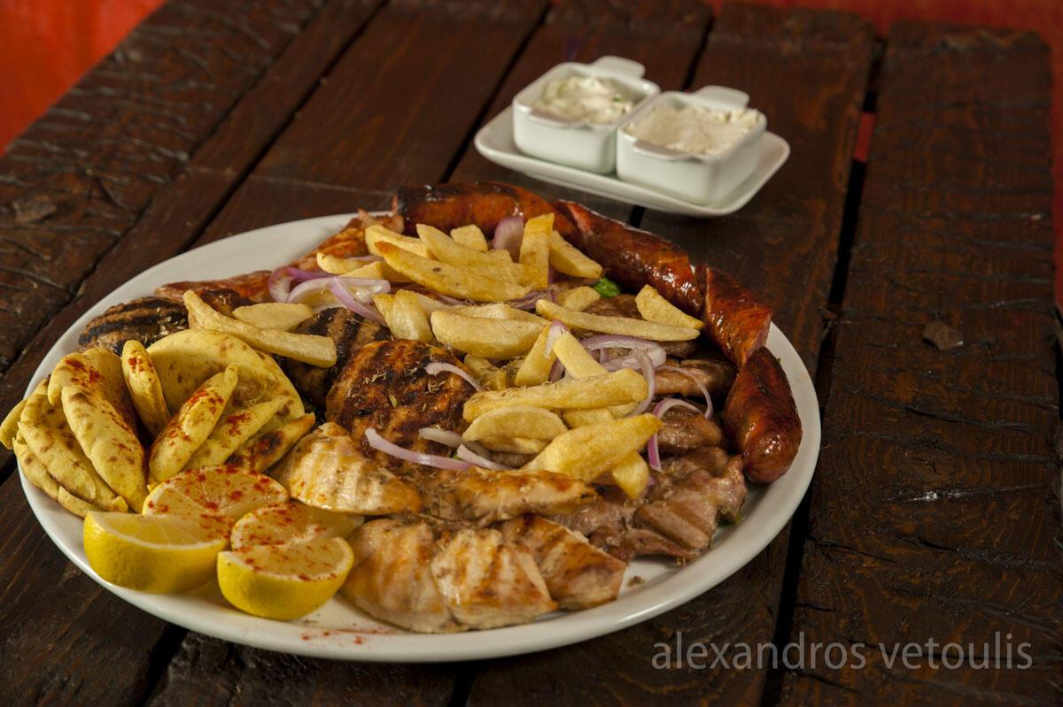 Ποικιλία κρεατικών που περιλαμβάνει στήθος κοτόπουλου, μπιφτέκια γαλοπούλας και μοσχαρίσια, λουκάνικο Καρδίτσας, χοιρινή πανσέτα και χοιρινό μπριζολάκι λαιμού. Συνοδεύεται με τζατζίκι και τυροκαυτερή.